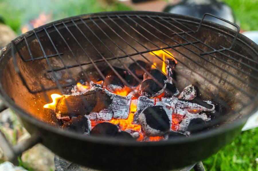 Vlees op houtskool barbecue